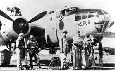 Voorbereidingen voor het maken van een karteringsvlucht door een B-25D Mitchell van het ML-KNIL in Nederlands-Indië.