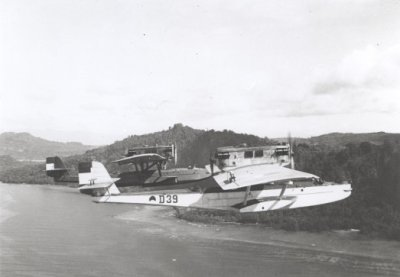 Formatie Dornier Wal-vliegboten met de D 39 (1931-1939) en de D 40 (1931-1939) laagvliegend boven zee in de Grote Oost Dislocatie, gefotografeerd vanuit de D 32 CVT 1.