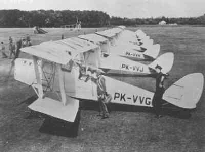 Vliegveld Tjililitan bij Batavia, met De Haviland  DH-82 Tiger Moths