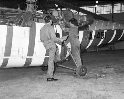 Inspectie Alouette III, registratie A-451, met embleem 315 Sqn van het Grasshopper demoteam.