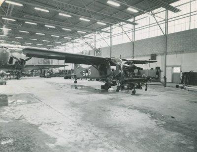 Beaver S-6 en Dakota X-4 in onderhoud in hangaar 334 Sqn op vliegbasis Ypenburg.