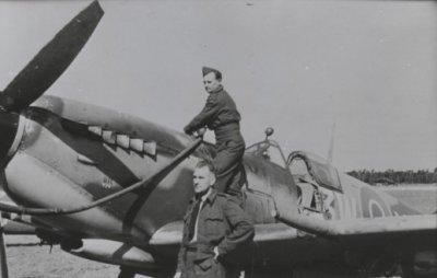 Tanken van een Spitfire LF.Mk.XVIe van 322 Sqn. Registratie begint met 3W-.