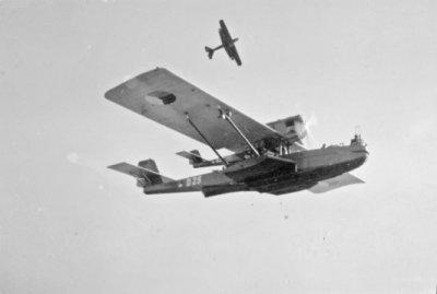 Twee Dornier Wal maritieme patrouillevliegboten, waaronder de D-29  (1929-1939), tijdens gemeenschappelijke manoeuvres van de MLD en Luchtvaartafdeling van het KNIL in sept 1933.