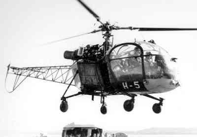Helikopter Sud Aviation SE.3130 Alouette II, in gebruik bij de KLu 1959-1965, registratie nr. H-5, voorzien van een lier en ingedeeld bij de SAR-vlucht, de speciale reddingseenheid die aanvankelijk op de vliegbasis Ypenburg was gevestigd met een dependance op de Waddeneilanden en Leeuwarden. Foto waarschijnlijk genomen in Nederlands Nieuw-Guinea.