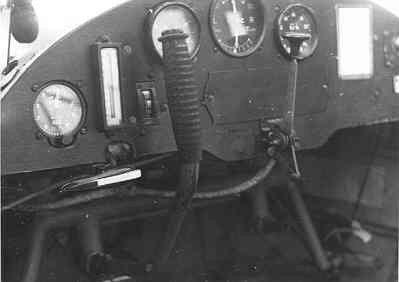Buiklanding van de Auster AOP Mk.3 R-15 in een weiland: beschadigde cockpit.