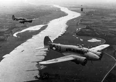 Twee Avro 652A Anson Mk.1's in de vlucht.