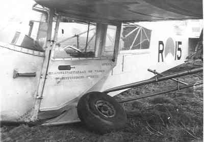 Buiklanding van de Auster AOP Mk.3 R-15 in een weiland: afgebroken landingsgestel en beschadigde cockpit.