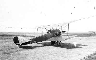Sopwith Pup LA41, ex N6164 van de RNAS. In december 1917 reg. S212. Op de achtergrond rechts Sopwith 1½Strutter LA42.