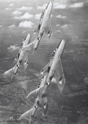 Vier F-84F Thunderstreaks van het demonstratieteam <i>Dash Four</i> van 311 en 312 Squadron in de vlucht in de omgeving van Vliegbasis Volkel.