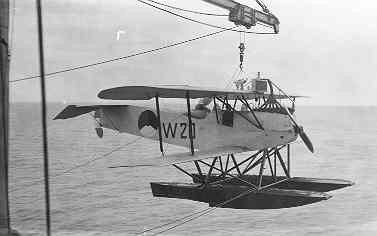Verkenningsvliegtuig Van Berkel WA (W-20) (1919-1933) komt aanboord van Hr.Ms. Java