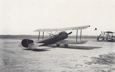 Sopwith 1½Strutter LA42. Ex 9376 van de RNAS, in december 1917 met registratie S412. Rechts een Sopwith Hanriot LA45.