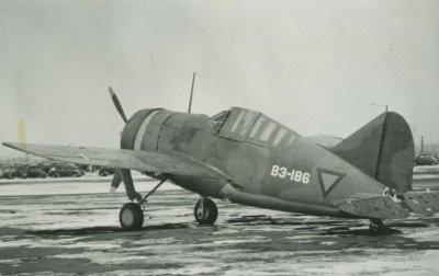 Een Brewster B-339-23 op een vliegveld in de Verenigde Staten, klaar voor verscheping naar Australië.