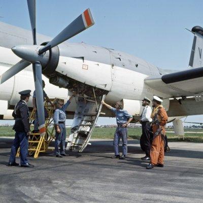 De Kon. Marechaussee op Marinevliegkamp Valkenburg bij het Breguet BR1150 Atlantic (SP-13A) maritiem patrouillevliegtuig 255 (1971-1981) op inspectie.