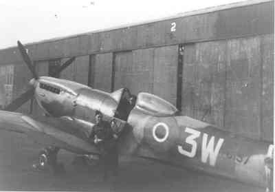 Spitfire LF.Mk.XVIe van 322 Sqn. Het was het toestel van Bob van der Stok, één van de commandanten van 322 Sqn. Het werd aangetroffen op Lasham na het inleveren van de squadron Spitfires.