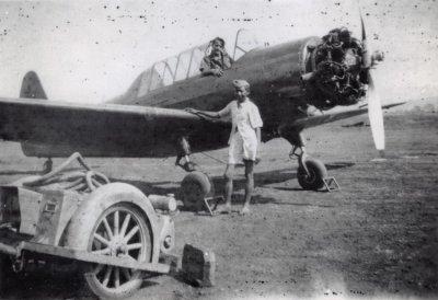Commomwealth CA-6 Wackett lesvliegtuig voor de eerste vliegopleiding van de ML/KNIL zonder motorkap. Links staat de startwagen