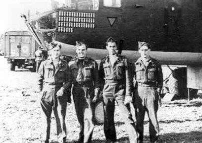 Middelzware bommenwerper North American B-25C  Mitchell   (1943-1945) van VSQ 320, met op de voorgrond enkele RAF mensen
