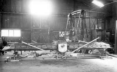 Ombouwen Morane L LA35 tot middendekker. Proefbelasting van de vleugel.