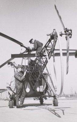 Onderhoudswerkzaamheden aan een Alouette II SAR helikopter van de Koninklijke Luchtmacht.