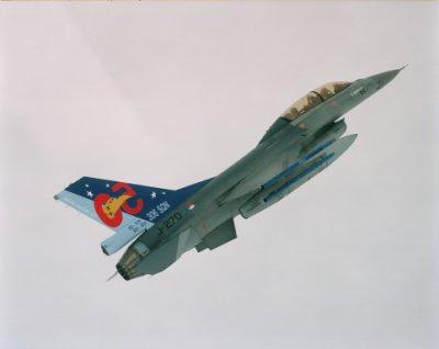 Een F-16 met beschildering '306 Sqn 50' in de vlucht.