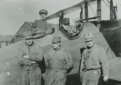 DH.9 met personeel op Soesterberg. Cockpit met 5 man. V.l.n.r. in het vliegtuig: sgt. Kaltofen en lt.vl. Nab, ervoor: vlm. Van Andel, Van der Leeden en Frijns.