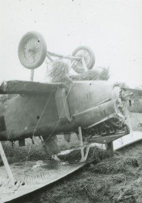 Neus van de D.F.W. C.V LA43 te Hilversum. Noodlanding na propellerbreuk, 2 aug. 1917.