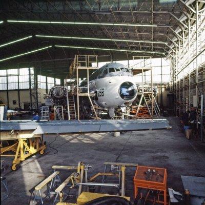 Het Breguet BR1150 Atlantic (SP-13A) maritiem patrouillevliegtuig 258 (1972-1984) tijdens onderhoud in een hangaar op marinevliegkamp Valkenburg.