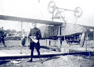 Albatros B.II met registratie LA31 na een noodlanding bij Putten, 1 sept. 1917. Vlieger is P.M. van Wulfften Palthe.