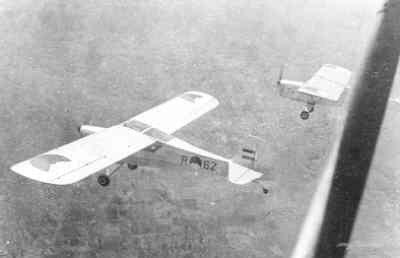 Twee Austers AOP Mk.3 in formatievlucht in Nederlands-Indië.