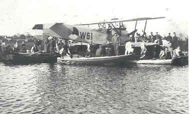 Verkenningsvliegtuig Van Berkel WA (1919-1933). Landing bij Heeg door Ltz H. Ferwerda