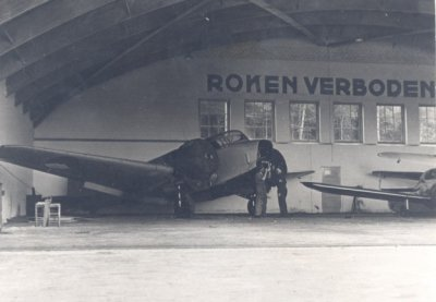 Een Airspeed AS-10 Oxford in een hangaar.