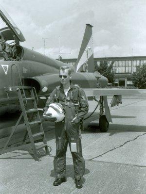 Elt Frits van Leeuwenburgh staat in volledige vliegeruitrusting  naast een Northrop NF-5 van het demonstratieteam