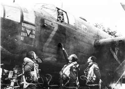 Middelzware bommenwerper North American B-25C  Mitchell   (1943-1945),  van VSQ 320 met crew Koen Vos en Kip, de hond