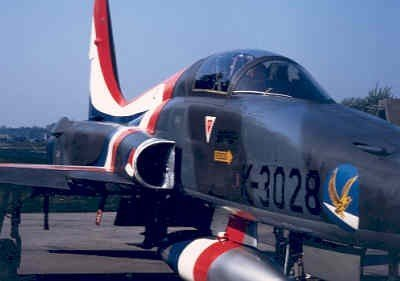 Nabijopname van een van speciale demo beschildering voorziene NF-5A. De camouflagekleuren zijn bij deze beschildering nog zichtbaar.