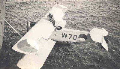 Verkenningsvliegtuig Van Berkel WA (W-70) (1919-1933) landing nabij Hr.Ms. Jacob van Heemskerck