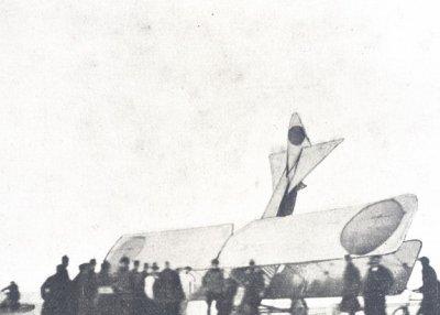 Albatros B.II LA31, ex-78/14, op de neus op het strand van Noordwijk, 14 maart 1917. Lt.vl. van Wulfften Palthe en lt.wnr. Perk. De laatste maakte de foto's.