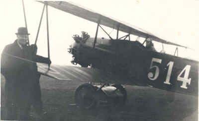 Fokker C.I Lynx 514 met links een burger.