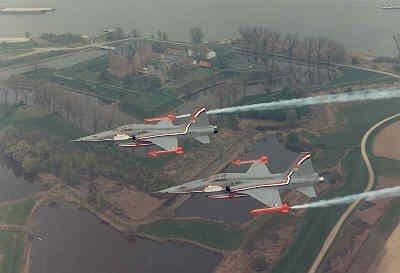 Twee NF-5A's met speciale demobeschildering en met opschrift