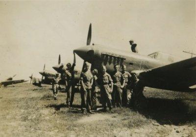 Verblijf en optreden van het 1e Bataljon Regiment Stoottroepen in Nederlands-Indië. Militairen poseren bij Curtiss P40