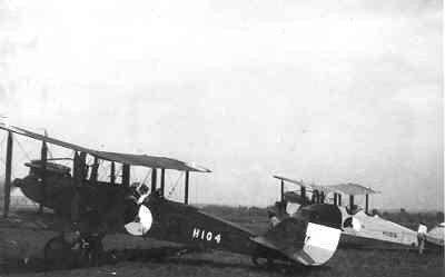 Verkenningsvliegtuig De Havilland DH.9 H104 en H106 2-persoons van de LA/KNIL, deze toestellen werden in 1919 aangeschaft en bleven tot 1934 uitgerust met Siddeley Puma motor van 230 pk. Nadien hebben ze nog enige jaren gevlogen met een 325 pk Pratt en Withney Wasp motor,  Kalidjati, (1919-....)