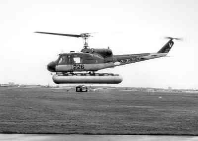 De Air Sea Rescue (ASR) en transporthelicopter Agusta-Bell 204B(I)UH-1 (1962-1978) . Met aangemeonteerde drijvers.