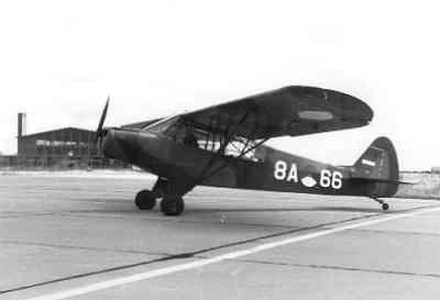Super Cub, registratie 8A-66, rijdend over het platform.