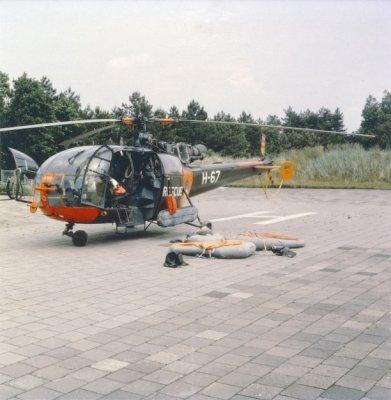 SAR-Alouette III (registratie H-67), uitgerust met nooddrijfsysteem, geparkeerd op de heli-strip van Terschelling; gebruikte dingy's liggen naast het toestel.