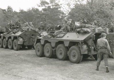 Militairen van het 48e Pantserinfanteriebataljon met DAF YP-408 pantserwielvoertuigen tijdens de treinkaping bij de Punt.