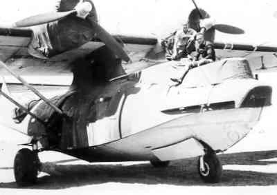 Een maritieme patrouilleamfibie Consolidated PBY-5A Catalina  (1942-1953) in Zuid-Afrika in 1943, met rechts De Bruin.