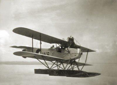 De Van Berkel WA lichte verkenner op drijvers 'W-6' (1919-1929) in de vlucht boven Straat Madura (Java) in 1926