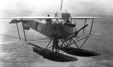 De lichte verkenner op drijvers Van Berkel WA  W-9 (1920-1932) wordt aan boord van kruiser Hr.Ms. Sumatra (1926-1944) gehesen