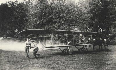 Brik, 2e door Marinus van Meel gebouwd vliegtuig. 1e vliegtuig van de LVA, reg. LA1. Vlieger: elt. F.A. van Heijst. Start tijdens de herfstmanoeuvres in september 1913.
