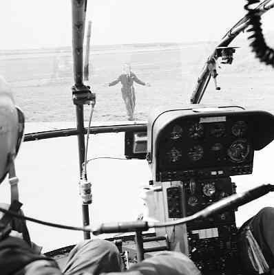Landing van Alouette II gezien vanuit de cockpit.