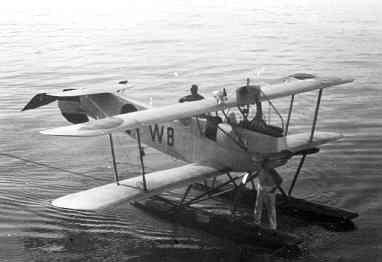 De lichte verkenner op drijvers Van Berkel WA  W-8 (1920-1929) langszij kruiser Hr.Ms. Sumatra (1926-1944)