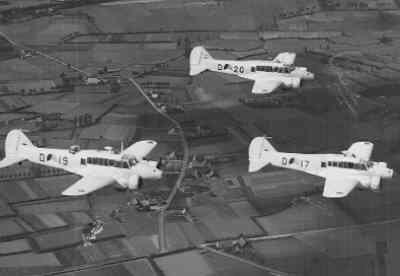 Drie Avro 652A Anson Mk.1's tijdens een trainingsvlucht.